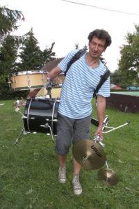 Beladen mit Perkussions-Instrumenten auf dem Weg zum Gig