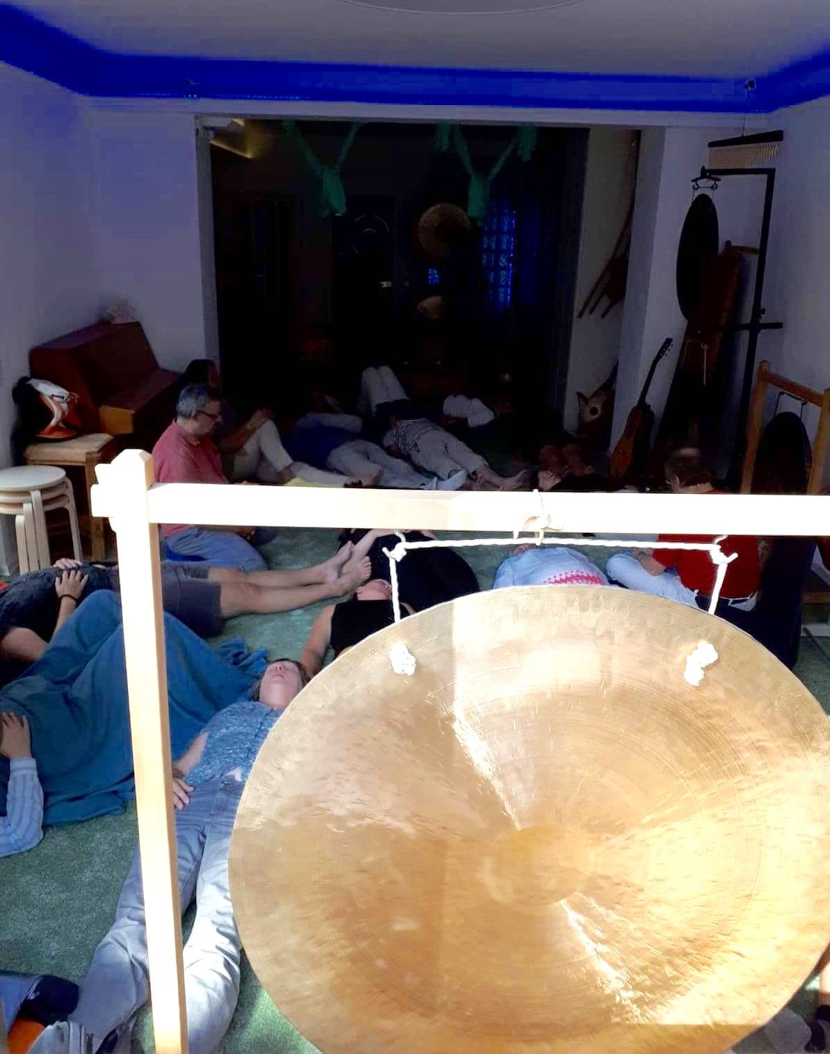 Der Klangraum überfüllt mit Teilnegmer*innen beim Klangbad zum Eröffnungstag