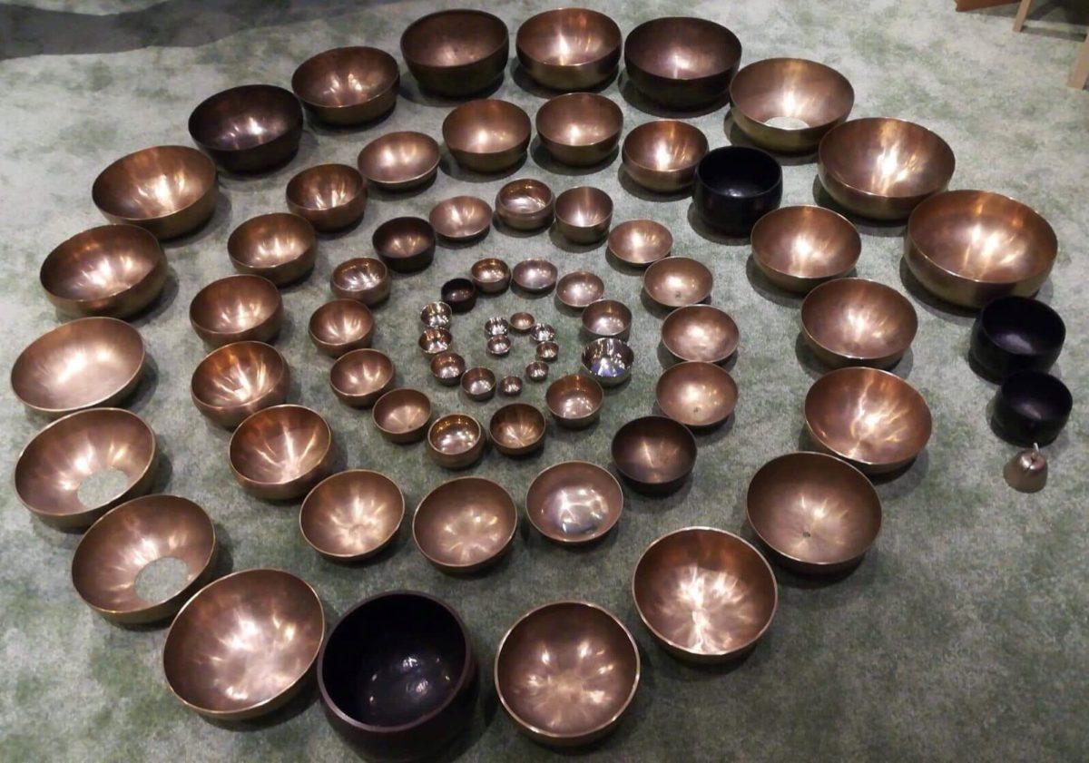 70 Klangschalen in absteigender Größe linksläufig in einer Spirale angeordnet